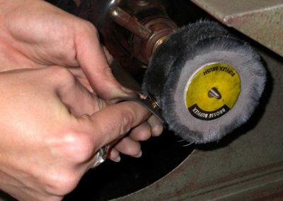 Les maillons sont polis avant le montage.